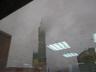 雨の中事務所から台北101